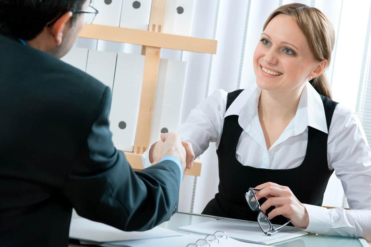 Kandidat skakar hand vid jobbintervju