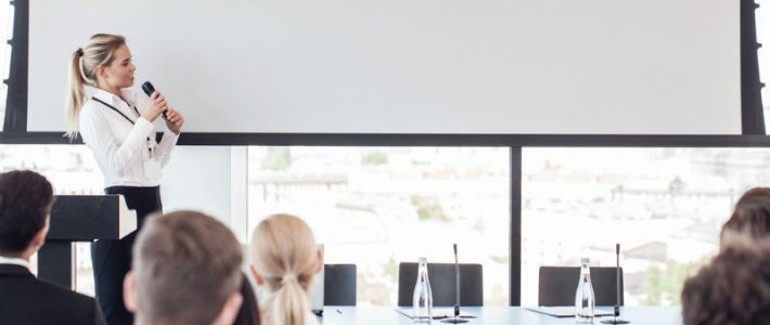 kvinna håller i en presentation
