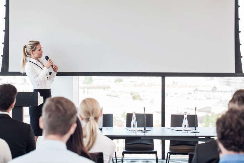 kvinna håller i presentation